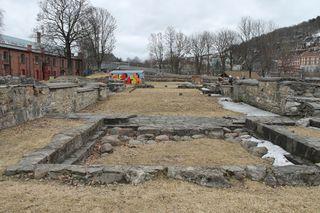 Mariakirkens ruiner i Middelalderparken i Oslo, sett fra inngangen i vest mot koret i øst. Foto: Chris Nyborg (2013)